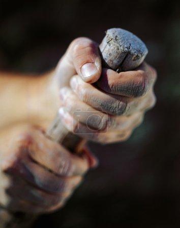 Photo pour Une personne tenant du bois - image libre de droit