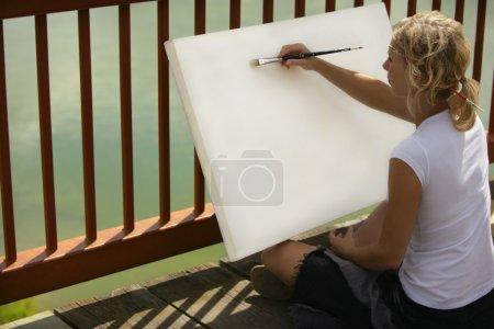 Photo pour Artiste commençant par une toile vierge - image libre de droit