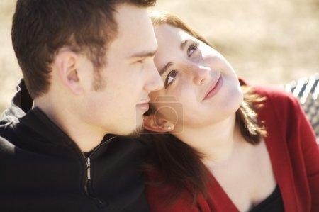 Photo pour Couple assis ensemble - image libre de droit