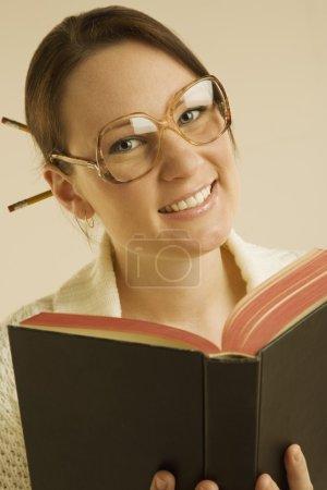 Photo pour Femme souriante et lecture livre - image libre de droit
