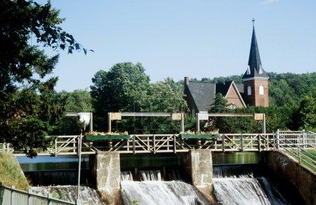 Photo pour Eglise en arrière-plan d'un barrage - image libre de droit