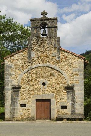 Photo pour Vieille Eglise Basque Avec Chaîne De Cloche, Zuaza, Pays Basque, Espagne - image libre de droit