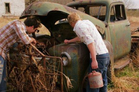 Photo pour En regardant un camion antique - image libre de droit