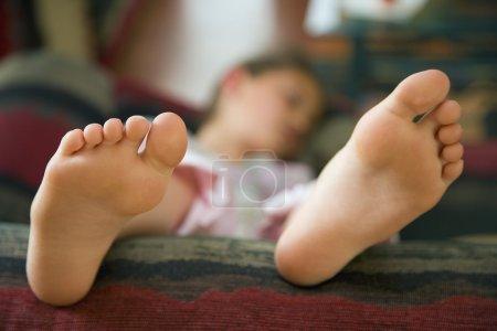Photo pour Fille couchée sur le canapé - image libre de droit