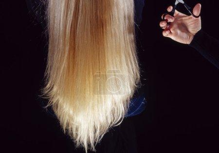 Photo pour Une femme sur le point d'avoir une coupe de cheveux - image libre de droit