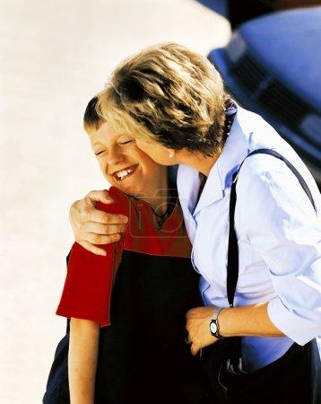 Photo pour Mère fils s'embrasser sur la joue - image libre de droit