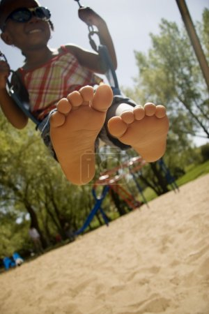 Foto de Chica joven en un columpio en el parque - Imagen libre de derechos
