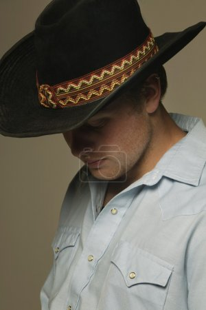 Photo pour Homme portant chapeau de cowboy - image libre de droit