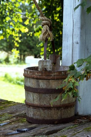 Photo pour Vieux seau d'eau sur le dessus du puits - image libre de droit