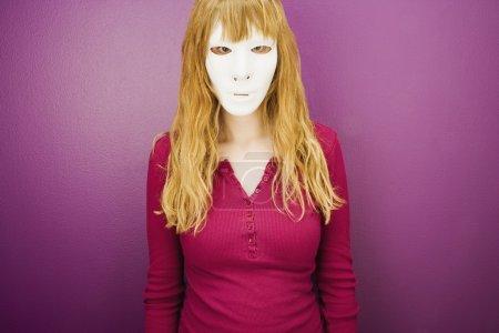 Photo pour Se cacher derrière un masque - image libre de droit