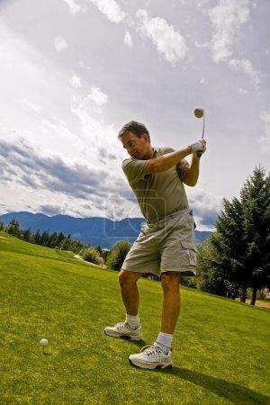 Photo pour Golfeur sur le terrain - image libre de droit