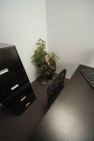 Photo pour Homme d'affaires se cachant dans un bureau - image libre de droit
