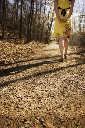 Foto de Mujer caminando por un sendero - Imagen libre de derechos