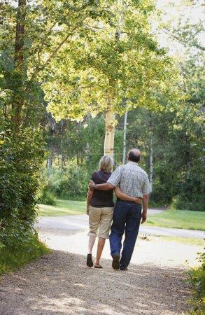 Foto de Marido y esposa de paseo en el sendero - Imagen libre de derechos