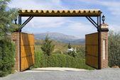 Otevřené vstupní brána s mountain view v andalucia, Španělsko