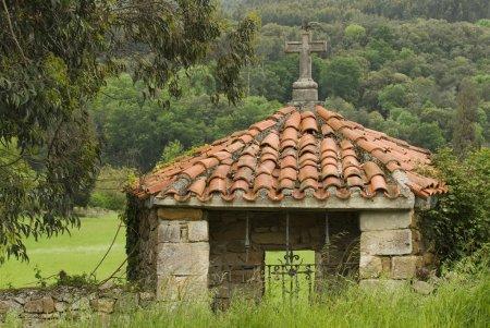 Photo pour Sanctuaire De Toit Pantiled Avec Croix De Pierre à Rioseco, Espagne Du Nord - image libre de droit