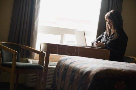 Photo pour Une femme sur un ordinateur portable - image libre de droit