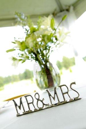 Signe 'mr & Mrs' à côté du vase sur la table