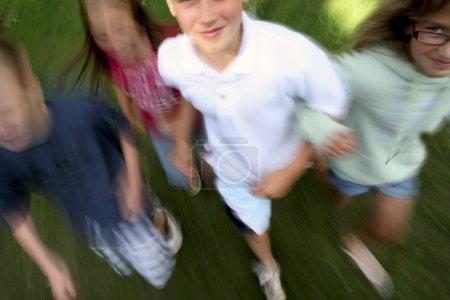 Photo pour Enfants courant ensemble - image libre de droit