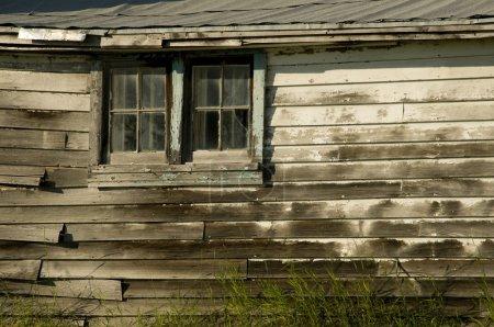 Photo pour Fenêtre sur le côté de vieux bâtiment - image libre de droit