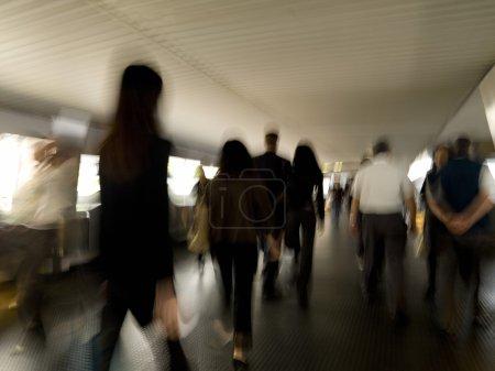 Photo pour Les gens marchent à travers Pedway - image libre de droit