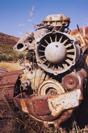 Photo pour Machine agricole de rouille abandonnée dans le champ - image libre de droit