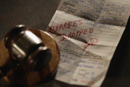 Photo pour Le juge abandonne les accusations - image libre de droit