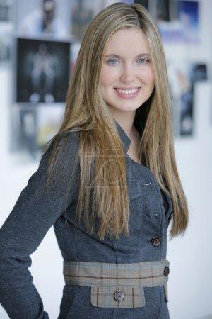 Photo pour Jeune femme en veste - image libre de droit