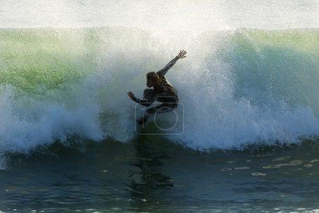 Photo pour Surfeur attraper vague - image libre de droit