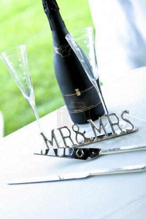 Chrome 'mr & Mrs' Signe à côté de Champagne et serveur de gâteaux
