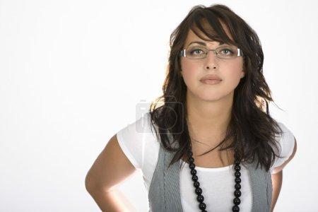 Photo pour Femme portant des lunettes et un gilet - image libre de droit
