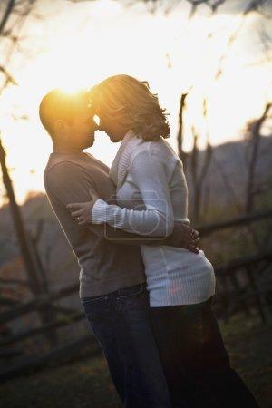 Photo pour Couple debout dans un étreinte - image libre de droit
