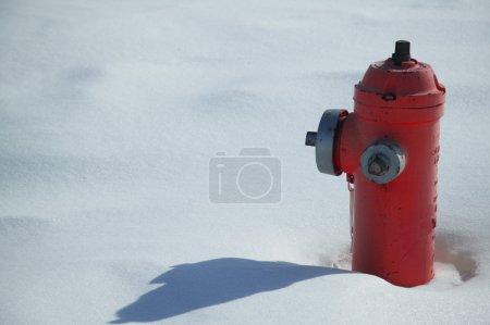 Photo pour Bouche d'incendie dans la neige - image libre de droit