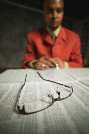 Photo pour Businessman lit Journal - image libre de droit