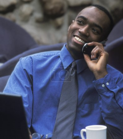 Photo pour Homme d'affaires parlant sur téléphone portable - image libre de droit