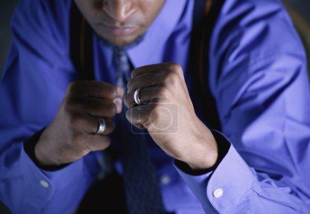 Photo pour Homme d'affaires avec poings levés - image libre de droit