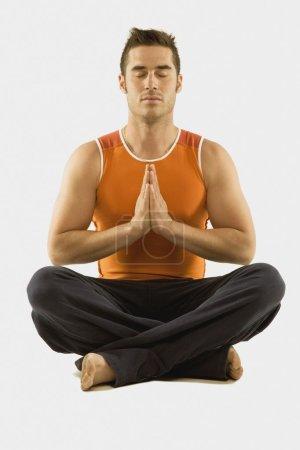 Photo pour Homme dans une pose d'yoga - image libre de droit