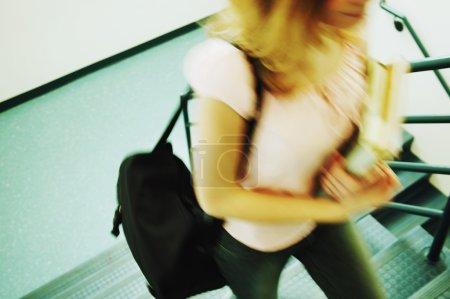 Photo pour Étudiant allant en classe - image libre de droit