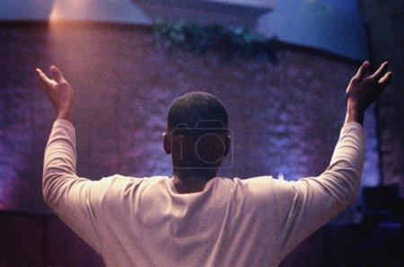 Photo pour Homme avec les mains levées en adoration - image libre de droit