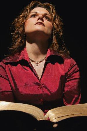 Photo pour Femme tenant la Bible - image libre de droit