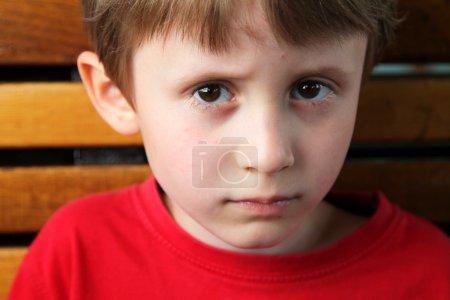 Photo pour Petit garçon enfant regardant sérieusement - image libre de droit
