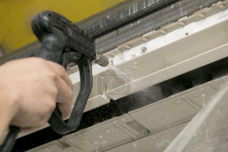Photo pour Nettoyage climatisation avec machine à laver - image libre de droit