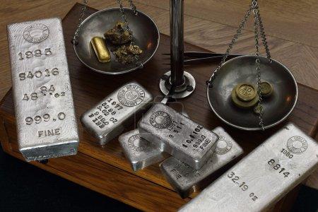 Photo pour Lingots d'or et d'argent sur l'échelle d'équilibre antique - y compris les pépites d'or naturel - image libre de droit