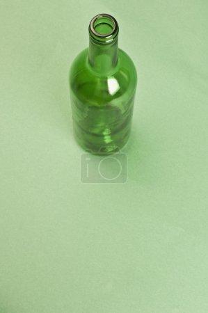Photo pour Gros plan d'une bouteille de vin vide - image libre de droit