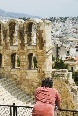 turista en un antiguo anfiteatro