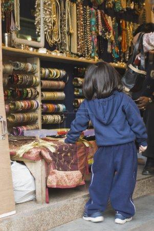 Photo pour Shopping en famille dans une bijouterie, New Delhi, Inde - image libre de droit