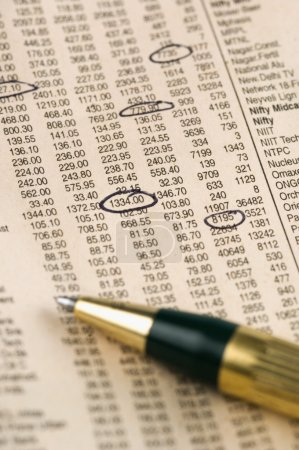 Photo pour Gros plan d'un journal financier avec un stylo bille - image libre de droit