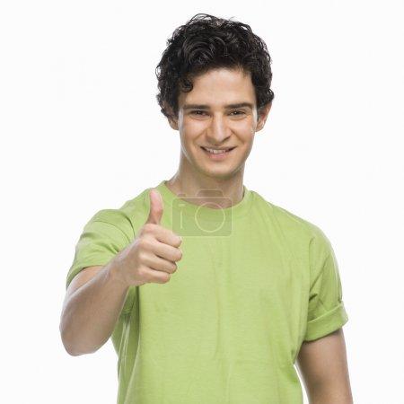 Photo pour Portrait d'un homme montrant les pouces vers le haut de signe - image libre de droit