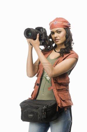 Photo pour Femme photographe photographier avec appareil photo numérique - image libre de droit