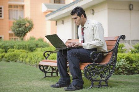 homme d'affaires, assis sur le banc